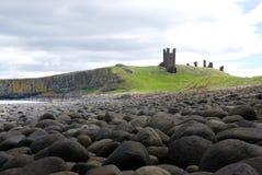 Dunstanburgh Schloss und Felsen II stockbilder