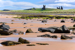 Dunstanburgh Schloss vom Embleston Strand stockfotografie
