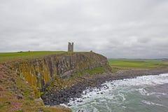 Dunstanburgh slott - kullen arkivfoto