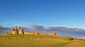 Dunstanburgh slott, Northumberland Arkivfoto