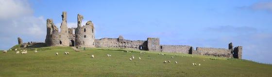 Dunstanburgh slottnorthumberland kust fotografering för bildbyråer