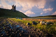 Dunstanburghkasteel in Northumberland royalty-vrije stock fotografie