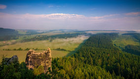 Dunstige Landschaft in Adrspach Stockbild
