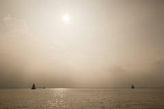 Dunstige Schiffe auf dem Horizont Stockbild