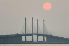 Dunstiger Sonnenaufgang und Sonnenuntergang in Penang-Brücke George Town, Penang Malaysia Lizenzfreies Stockfoto
