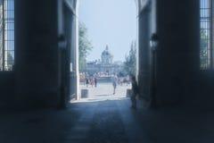 Dunstiger Tunnelblick heraus auf die Straßen von Paris Lizenzfreie Stockbilder