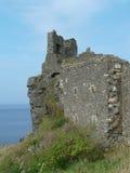 Dunure-Schloss-Ruinen auf Täuschung über dem Meer, Schottland Lizenzfreies Stockfoto