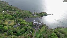 Dunvegan för fjord för Aearial skottlandskap ö av Skye Scotland Great Britain stock video