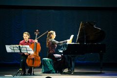 Duo de Beethoven - Fedor Elesin et Alina Kabanova photographie stock
