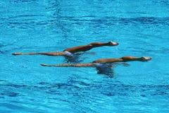 Duo de natation synchronisée pendant la concurrence Images libres de droits
