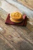 Duo do bolo basque delicioso posto sobre uma tela com telha e woode Fotos de Stock