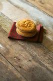 Duo do bolo basque delicioso posto sobre uma tela com telha e woode Imagens de Stock Royalty Free