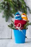 Duo en bois de peluche d'hiver de Noël de panneau de bonhommes de neige Photos stock