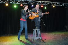 Duo het zingen in microfoon bij bar royalty-vrije stock afbeeldingen