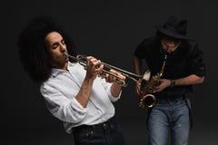 Duo von den Musikern, die Trompete und Saxophon spielen lizenzfreies stockfoto