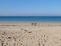 Duo von Stühlen auf dem Strand stockfotos