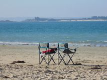 Duo von Stühlen auf dem Strand 3 lizenzfreie stockfotografie