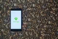 Duolingo-Logo auf Smartphone auf Hintergrund von kleinen Steinen Lizenzfreies Stockbild