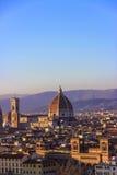 Duomo изумительн del базилики детализировало наземный ориентир maria florence fiore di экстерьера известный большинств ноча santa стоковые изображения rf