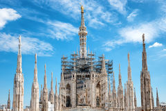 Αγάλματα στη στέγη του διάσημου καθεδρικού ναού Duomo του Μιλάνου Στοκ Εικόνες