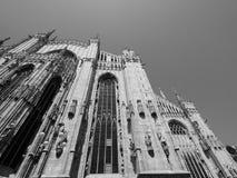 Duomo (catedral del significado) en Milán, blanco y negro Foto de archivo