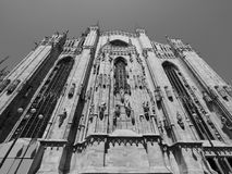 Duomo (cattedrale di significato) a Milano, in bianco e nero Immagini Stock