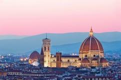 Duomo de Florencia en la luz del sol del color de rosa de la tarde Fotos de archivo