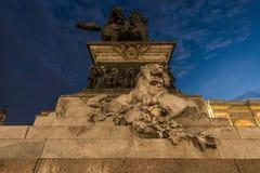 Duomo de la plaza de Milano en el monumento del león de la noche imagenes de archivo