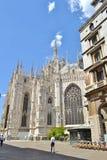 Duomo de Milan et de bicyclette louant le stationnement photographie stock
