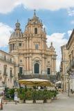 Duomo di圣乔治,与圣乔治教会的一个正方形在拉古萨,西西里岛意大利 库存照片