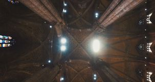 DUOMO-DI MAILAND, MAILAND, ITALIEN - 10. OKTOBER 2017: Innen- und außen innerhalb des Tempels in Mailand Milan Cathedral Duomo-Di stock footage