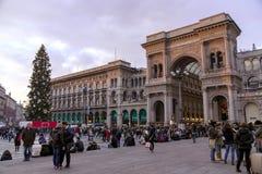 Duomo di Milano kwadrat z więcej ludźmi w wigilię Bożenarodzeniowych wakacji Obrazy Stock