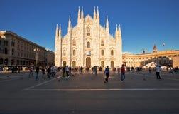 Duomodi Milano i solnedgånglampor Arkivfoton