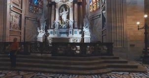 DUOMODI MILANO, MILAN, ITALIEN - 10 OKTOBER 2017: Inre och yttersida inom templet i Milan Milan Cathedral Duomo di stock video
