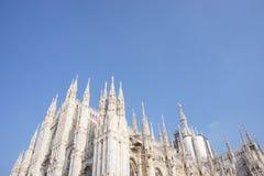 Duomodi milano och den blåa himlen arkivfoton