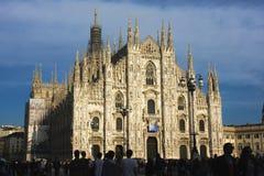 Duomodi Milano på solnedgången Arkivfoton