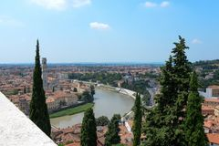 Duomodi Verona som en sikt från fördärvar och högväxta träd arkivfoto