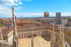 Duomodomkyrkan med statyer och inre fyrkant i Milan, Italien royaltyfri fotografi