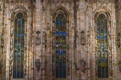Duomovensters in 's nachts Milaan worden verlicht dat stock foto's