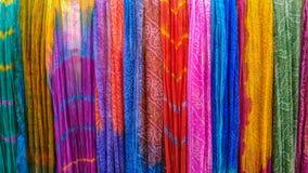 Dupattas de différents couleurs et modèles, accrochant et montré sur le mur Image stock