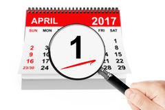 Dupe le concept de jour de ` 1er avril 2017 calendrier avec la loupe image libre de droits