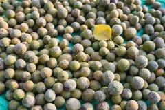 Duperreanum asiatique de Dracontomelon de fruit tropical Le populaire de fruit utilisé pour faire cuire la soupe aigre au Vietnam photographie stock libre de droits