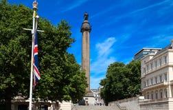 Duque da coluna de York em Londres ao lado de Union Jack, bandeira de Grâ Bretanha Fotos de Stock Royalty Free