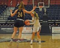 Duquense contra el baloncesto para mujer de los stmary del soporte fotografía de archivo