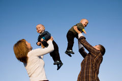Durée affectueuse de famille avec des gosses Images libres de droits
