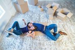 Durée neuve Les couples dans l'amour se déplaçant et maintiennent une boîte dans ses mains et Photos stock