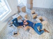 Durée neuve Les couples dans l'amour se déplaçant et maintiennent une boîte dans ses mains et Image stock