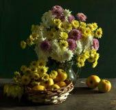 Durée toujours avec des chrysanthemums et des pommes Photo libre de droits