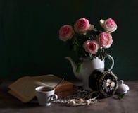 Durée toujours avec des roses d'écarlate Images stock