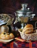 Durée toujours avec du pain et une cuvette de thé Image libre de droits